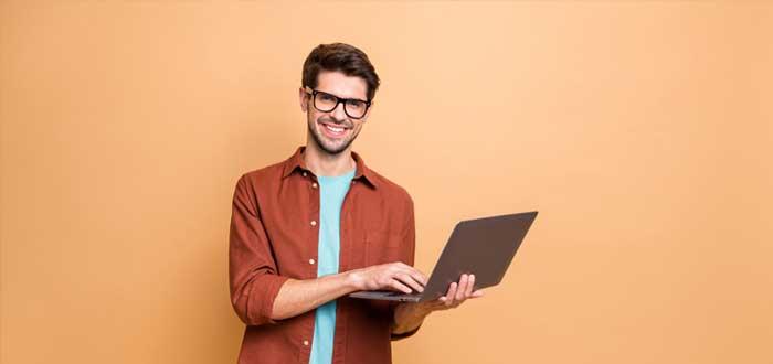 Hombre joven con notebook con mitos del emprendimiento