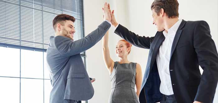 Conjunto emprendedor chocando la mano