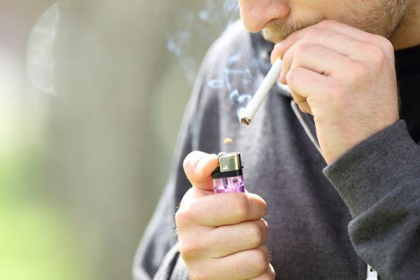 Hombre encendiendo cigarrillo